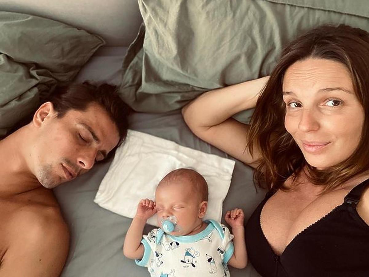 Agnieszka Włodarczyk z partnerem i synkiem w łóżku