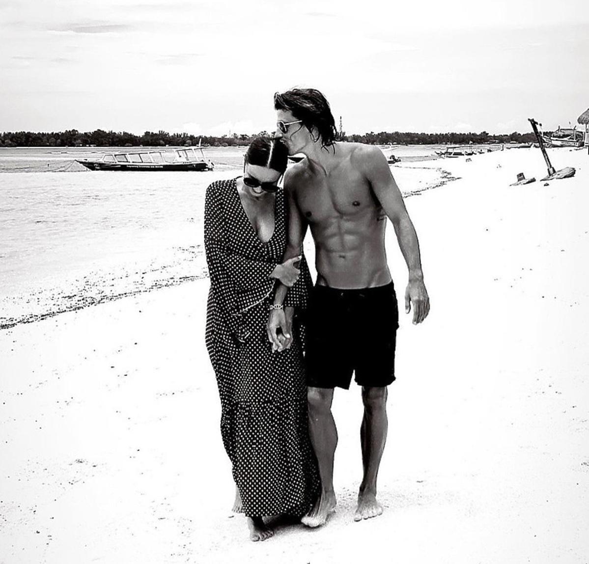 Agnieszka Włodarczyk z partnerem na plaży