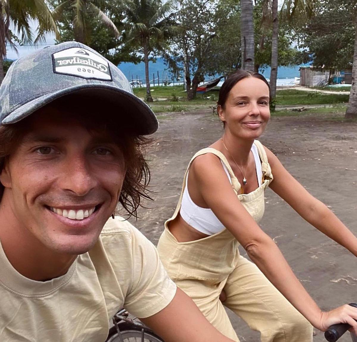 Agnieszka Włodarczyk z partnerem na rowerach