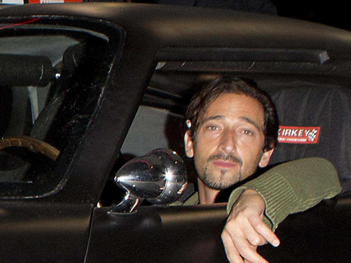 Aktor Adrien Brody w samochodzie