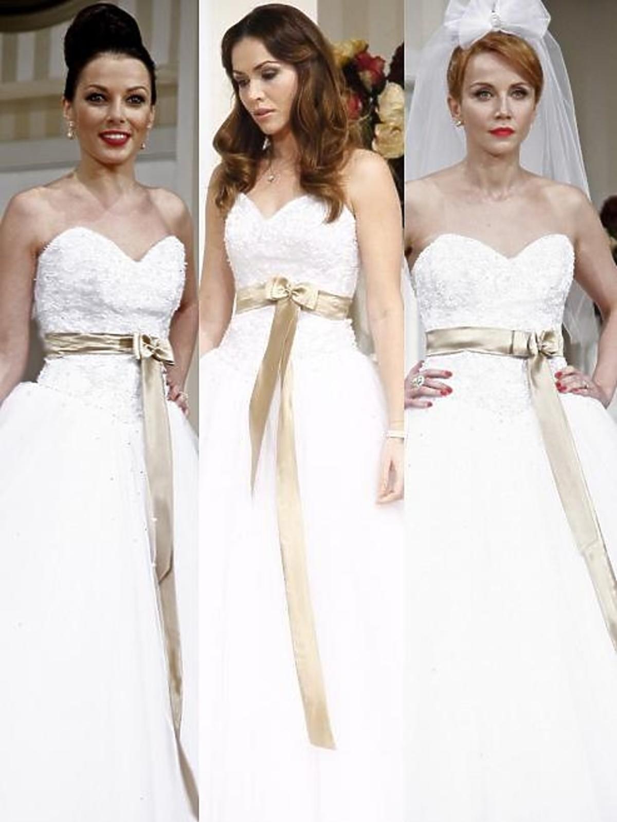 Aktorki w sukniach ślubnych podczas próby spektaklu