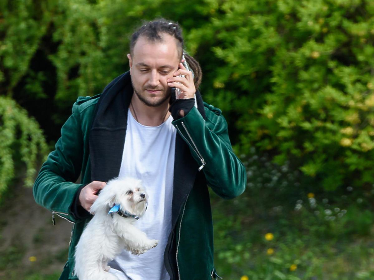 Alek Baron wyprowadza psa Julii Wieniawy