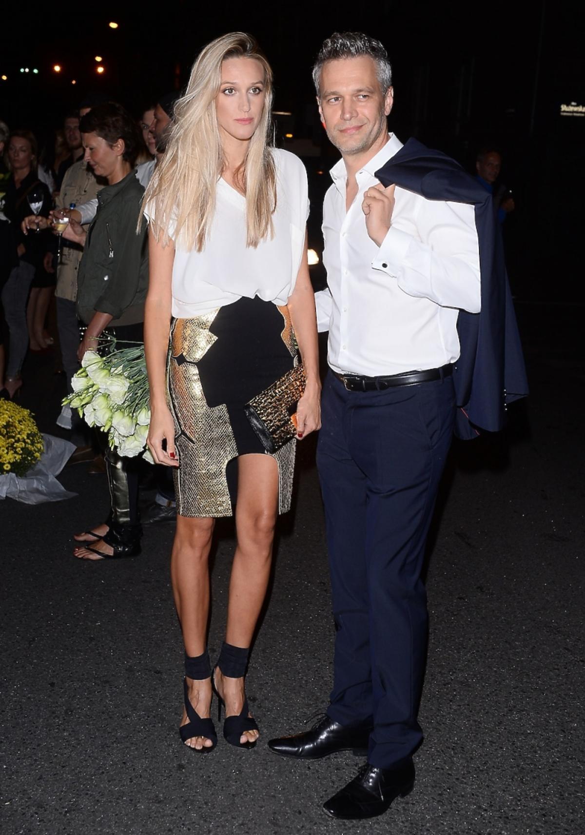 Aleksandra Adamczyk i Michał Żebrowski wieczorem na ulicy