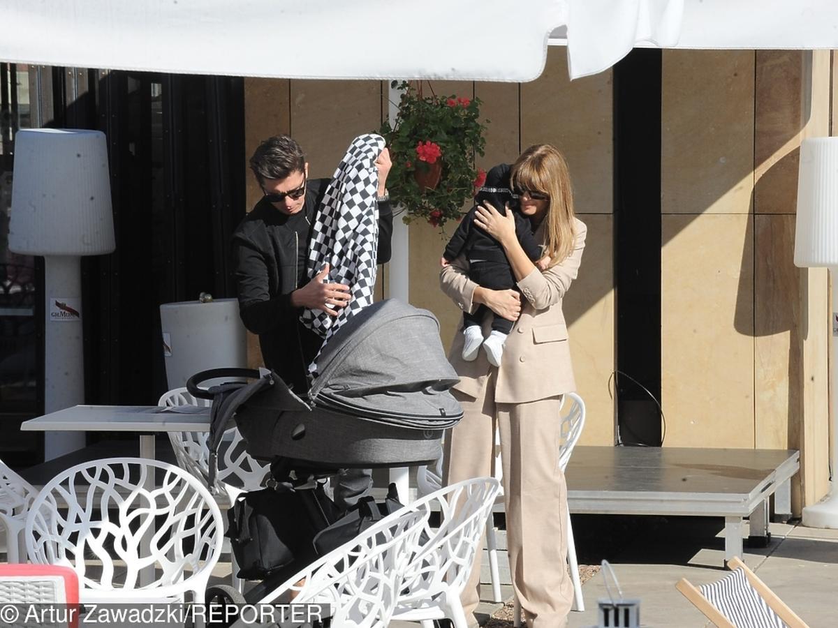 Aleksandra Kisio z mężem i synem na spacerze