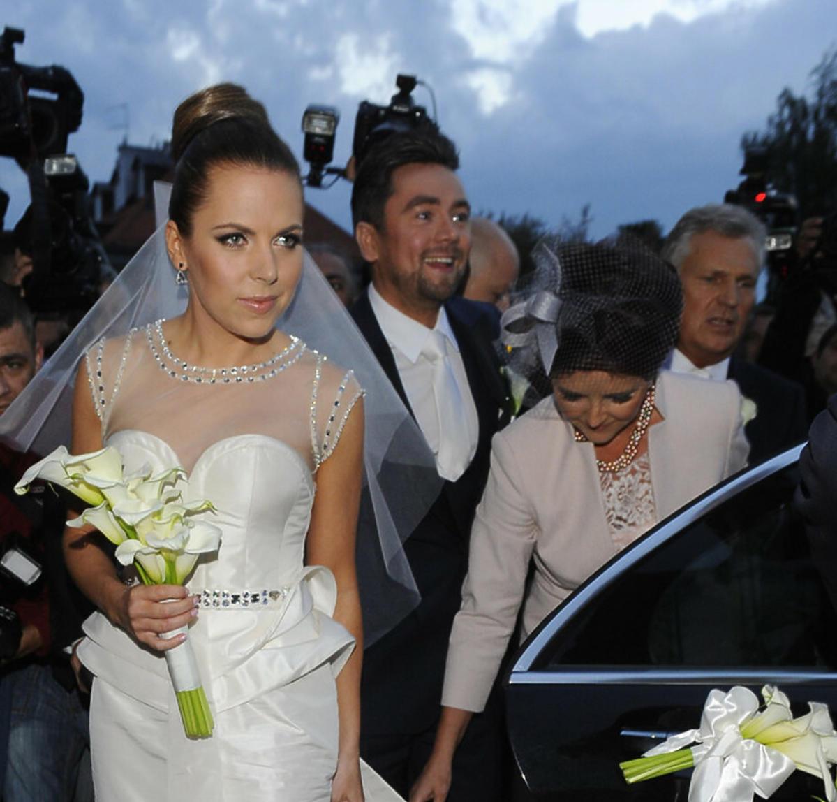 Aleksandra Kwaśniewska przed wejściem do kościoła
