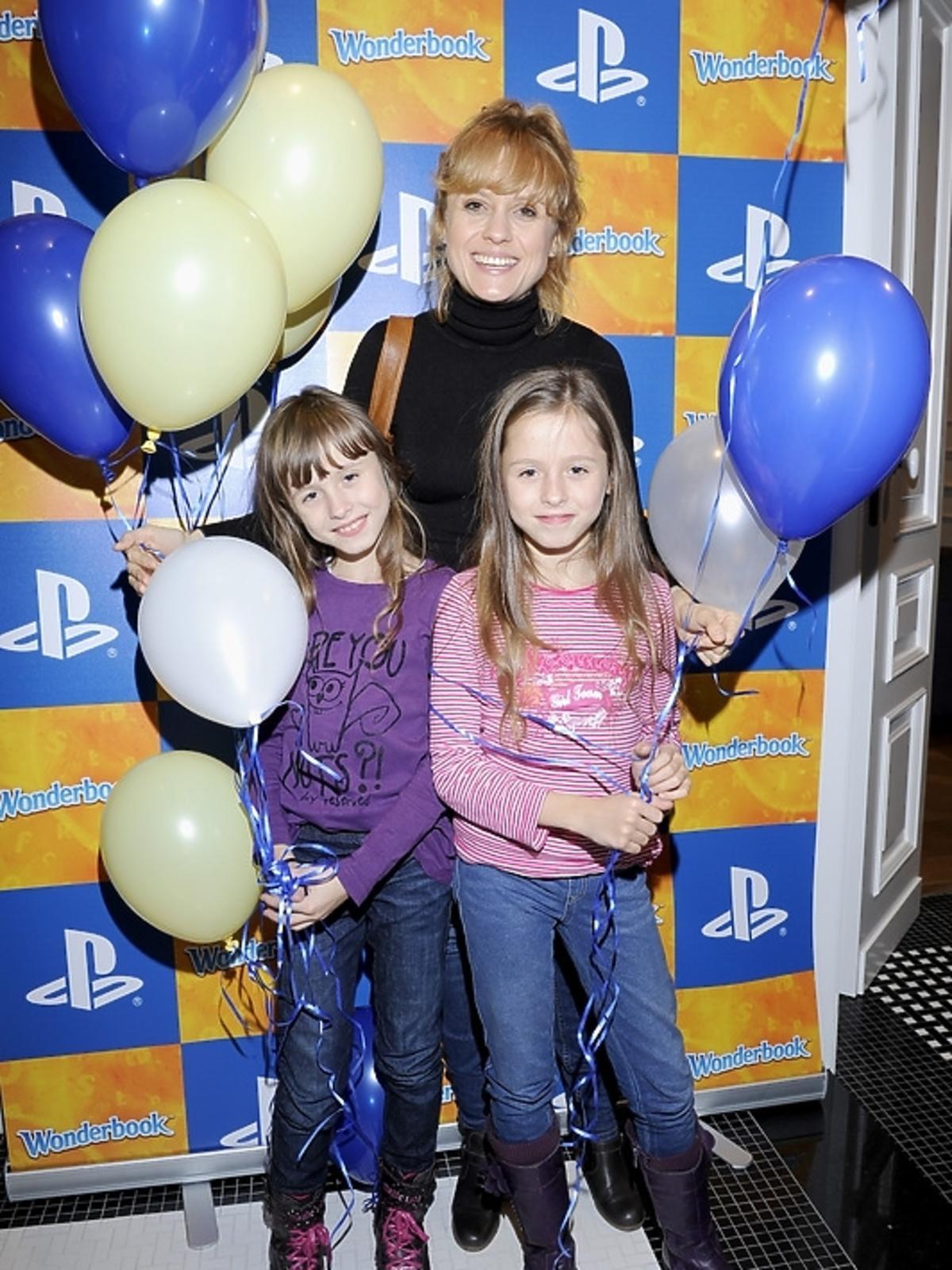 Aleksandra Woźniak z córkami na premierze PlayStation 3 - Wonderbook: Księga Czarów
