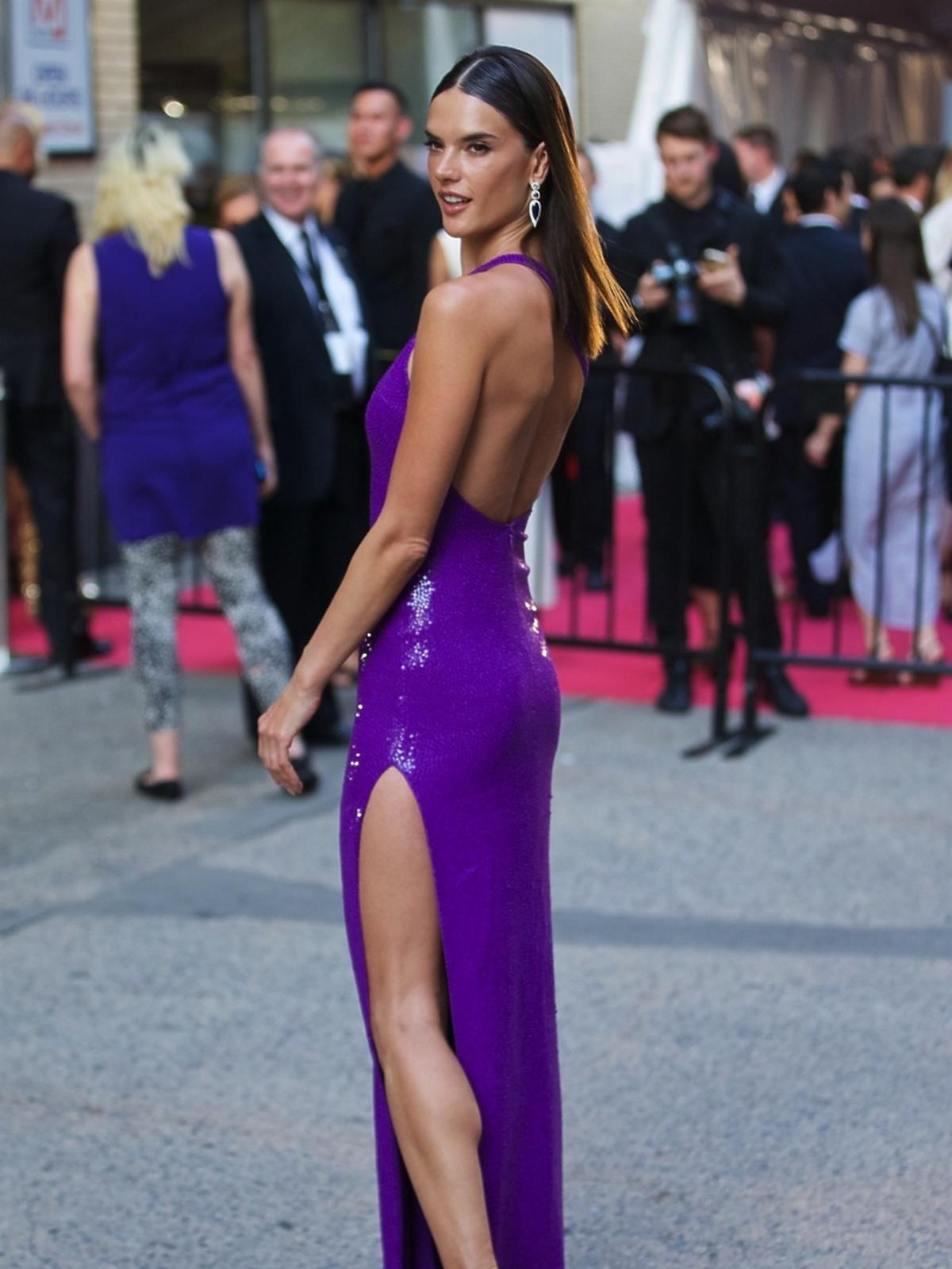 Alessandra Ambrosio w fioletowej sukience z wysokim rozporkiem