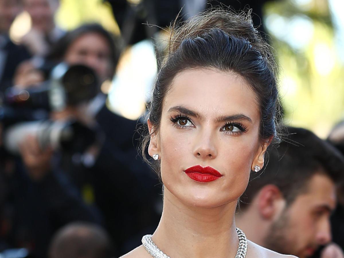 Alessandra Ambrosio w koku i z czerwonymi ustami