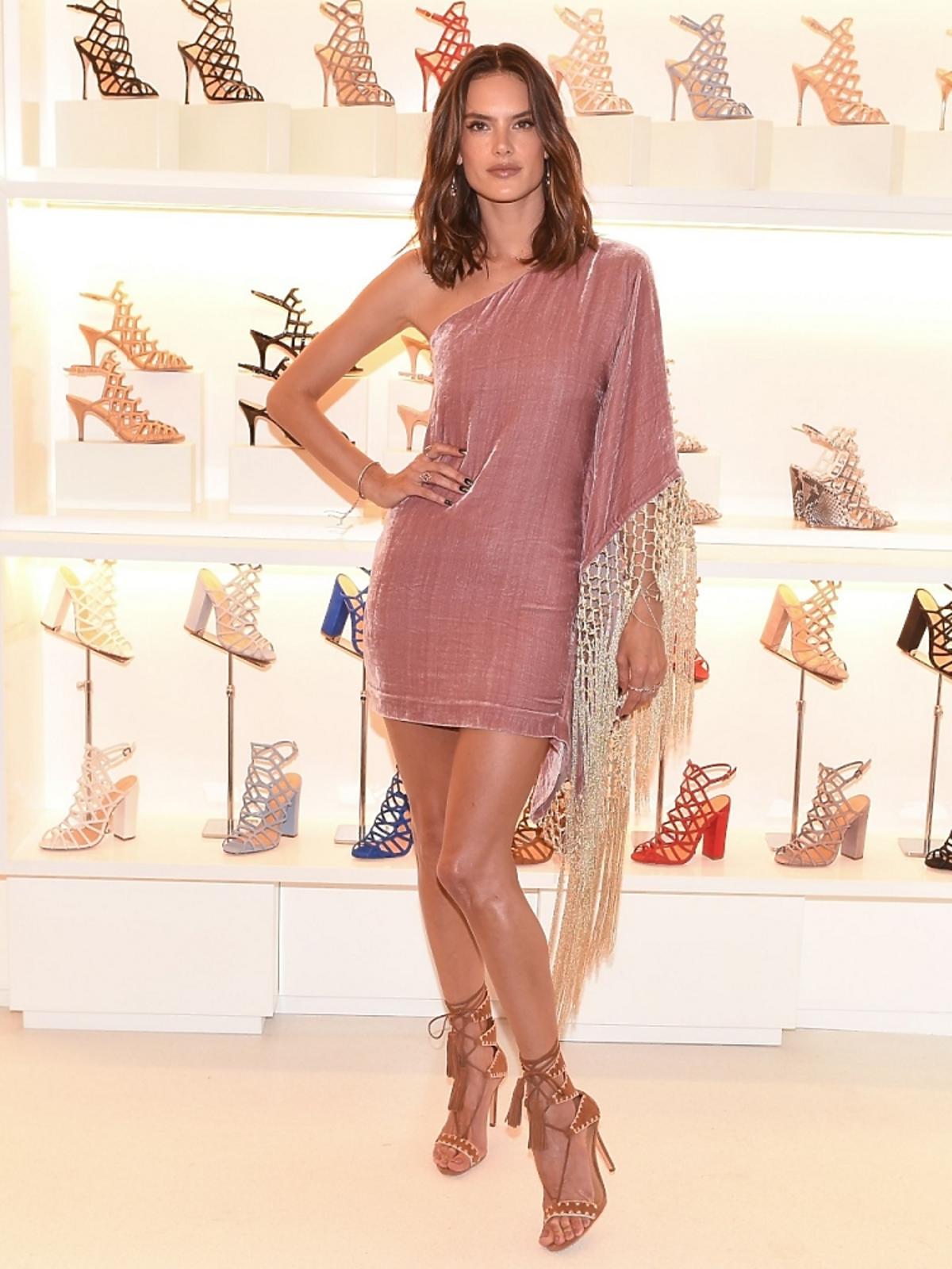 Alessandra Ambrosio w różowej sukience z odkrytym ramieniem