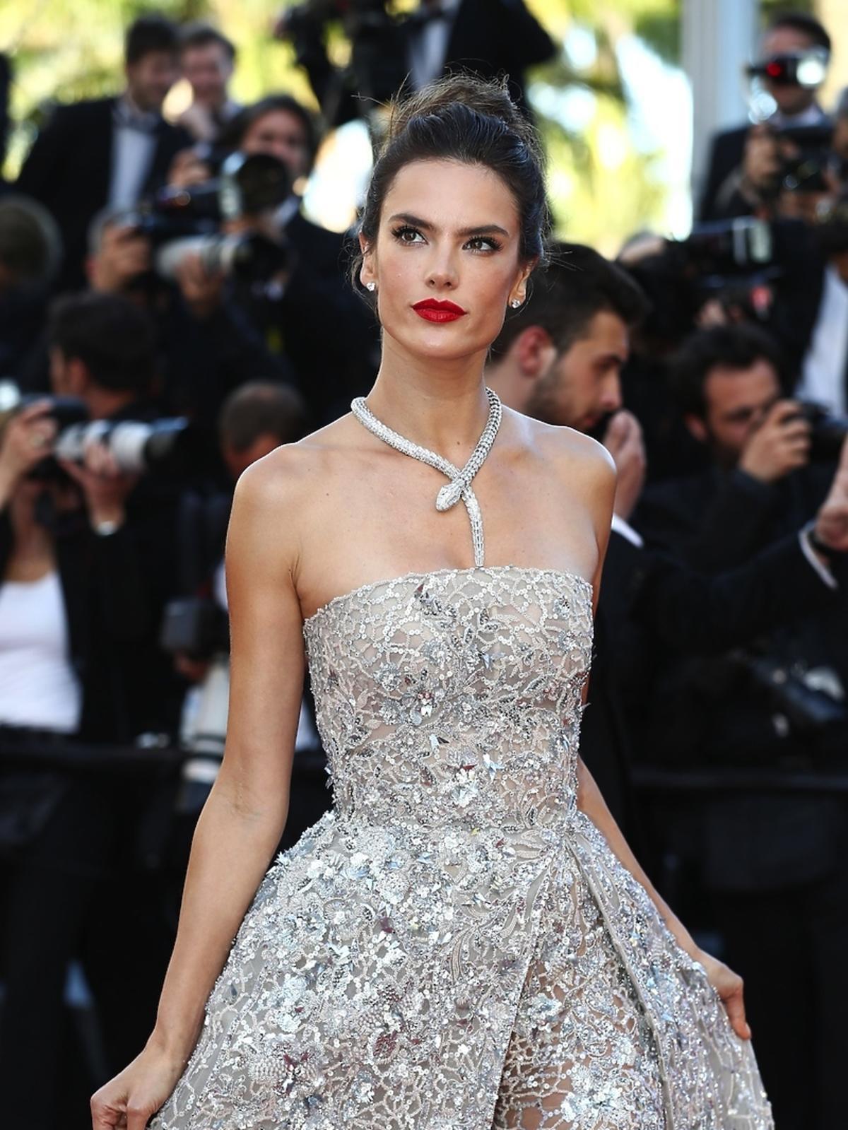 Alessandra Ambrosio w srebrnej sukni