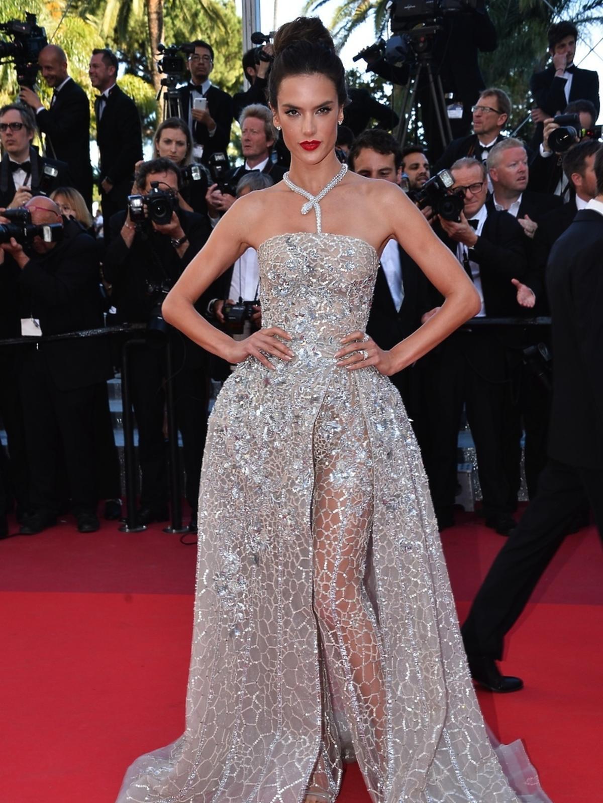 Alessandra Ambrosio w srebrnej sukni i spodniach