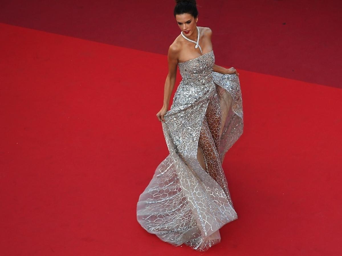 Alessandra Ambrosio w srebrnej sukni na czerwonym dywanie