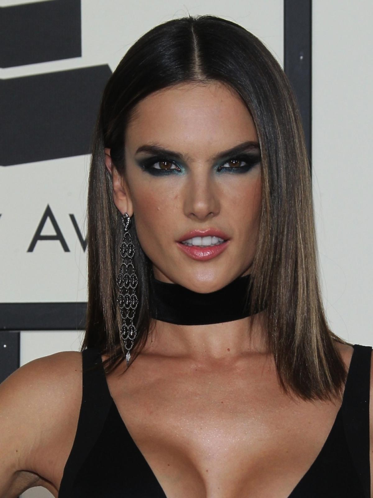 Alessandra Ambrosio w sukience z dużym dekoltem i mocnym makijażu oczu