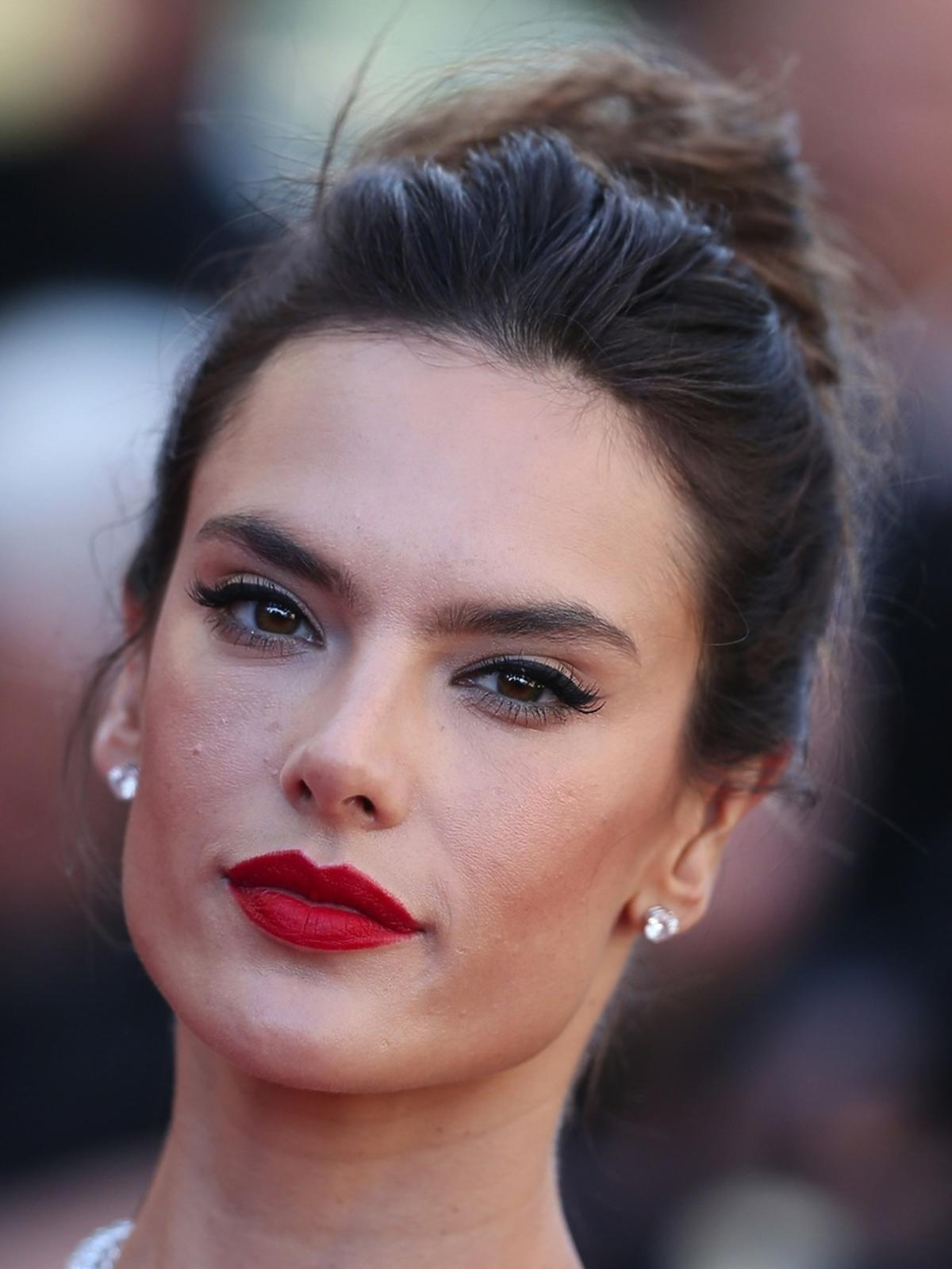 Alessandra Ambrosio z czerwoną szminką w koku
