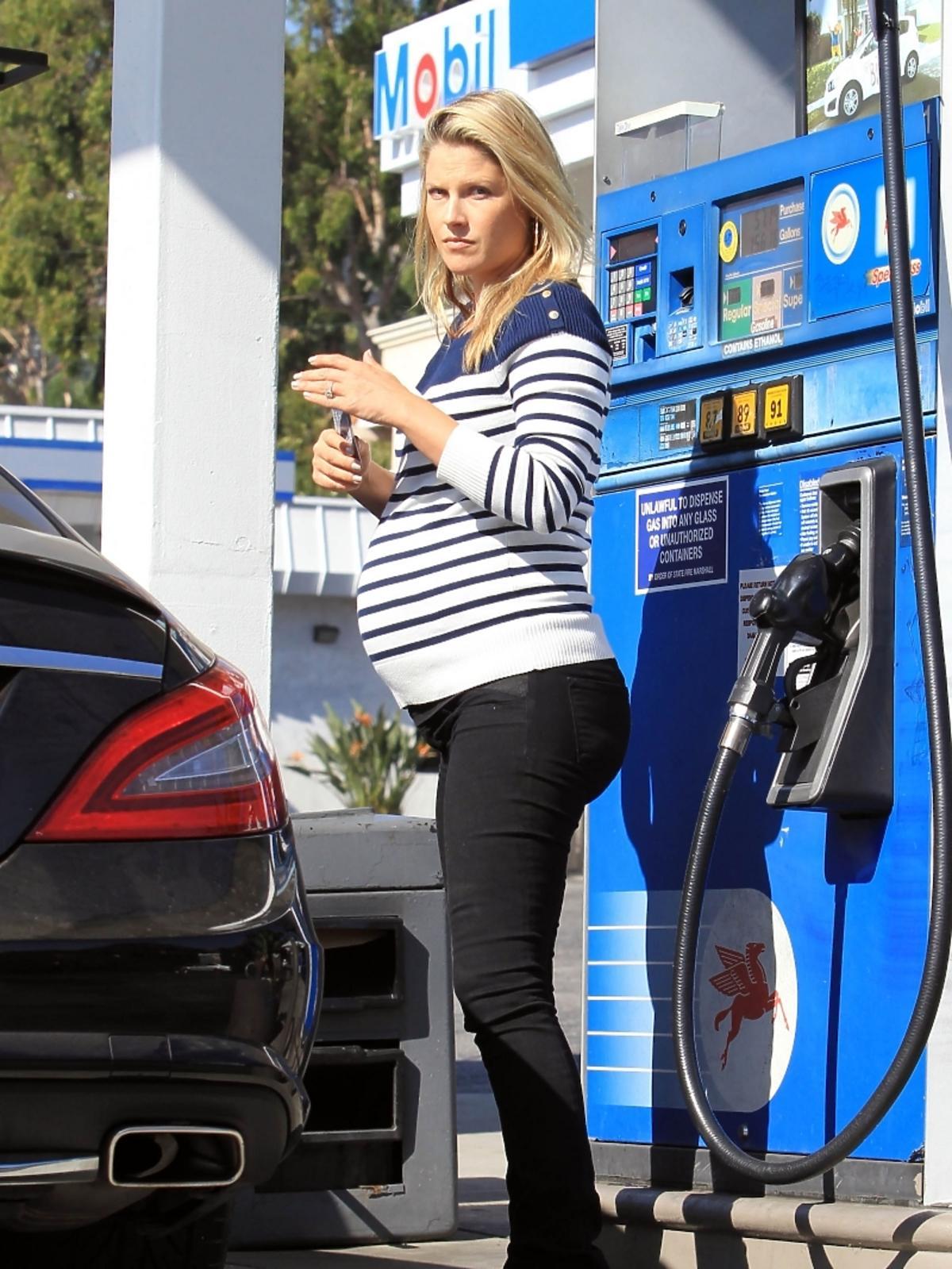 Ali Larter w ciąży na stacji benzynowej