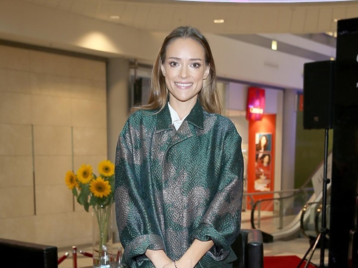 Alicja Bachleda-Curuś w zielonym płaszczu
