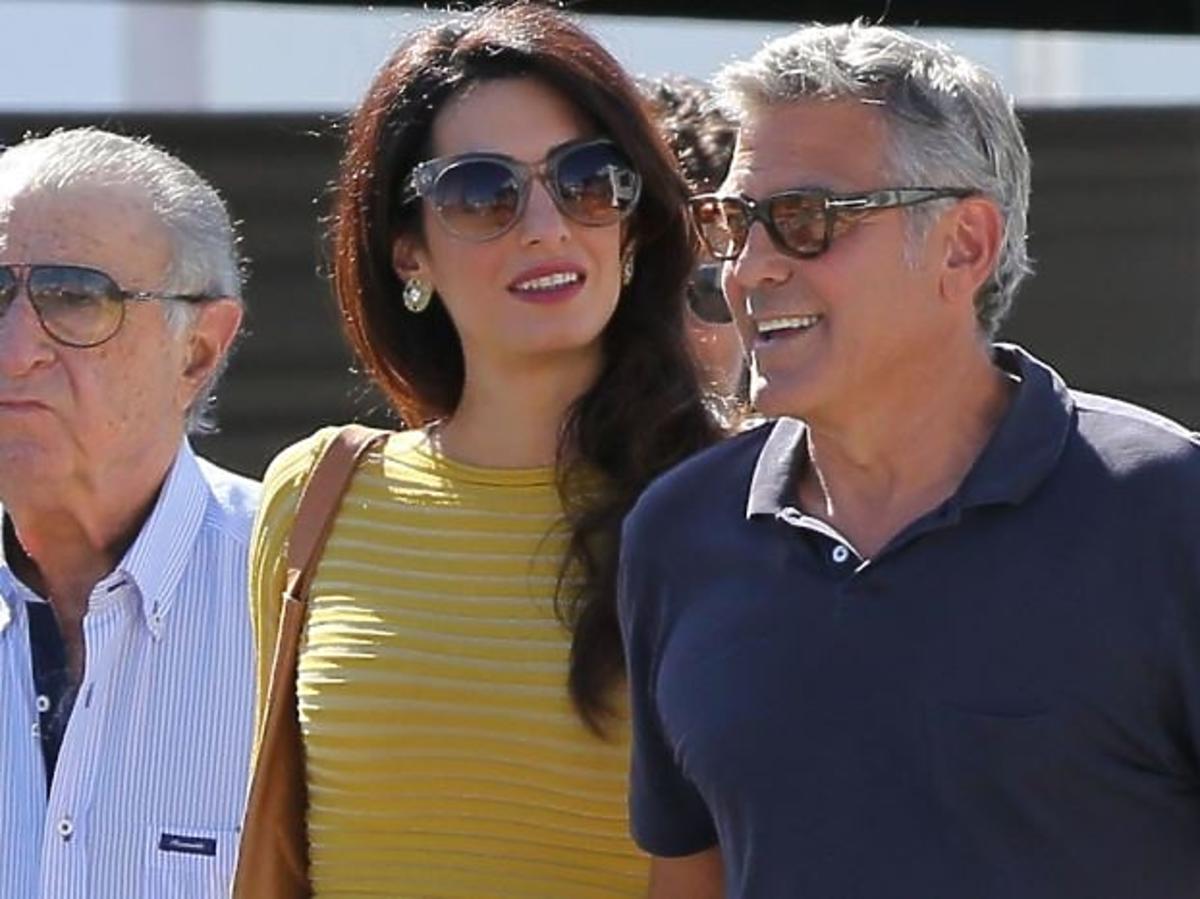 Amal Clooney w żółtej bluzce