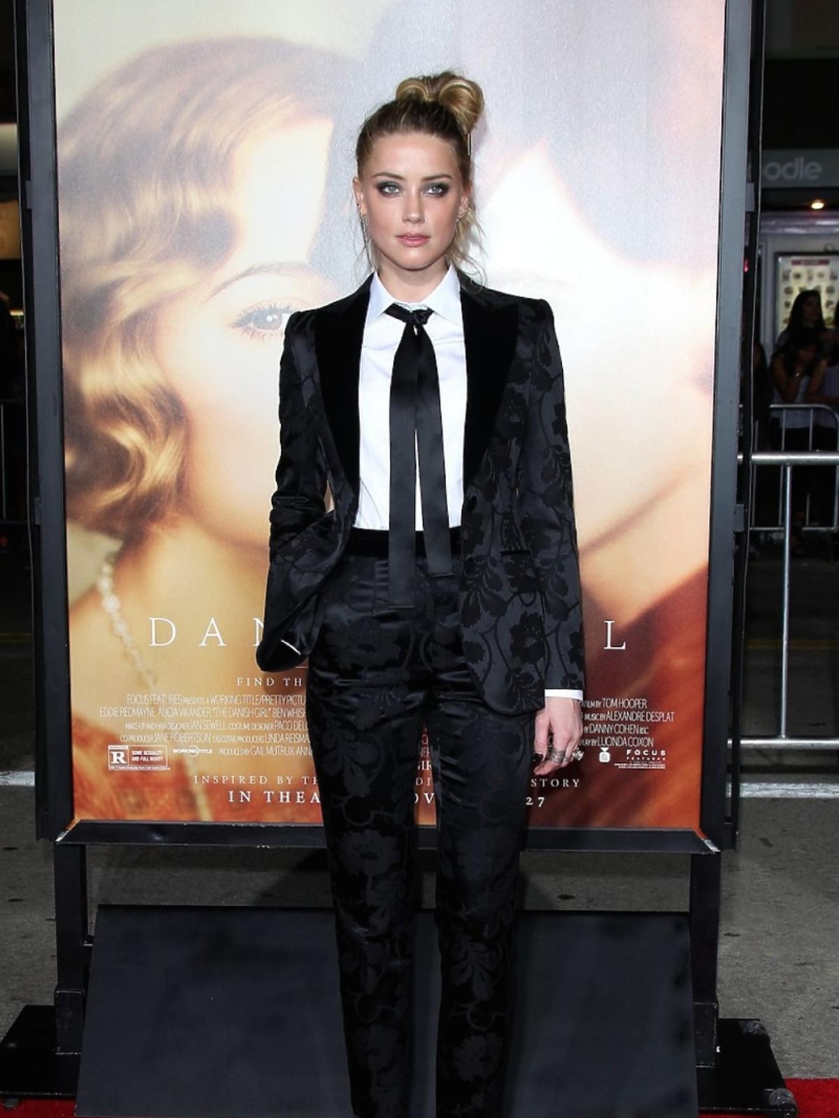 Amber Heard  w czarnym garbniturze i białej koszuli z tasiemką zamiast krawata
