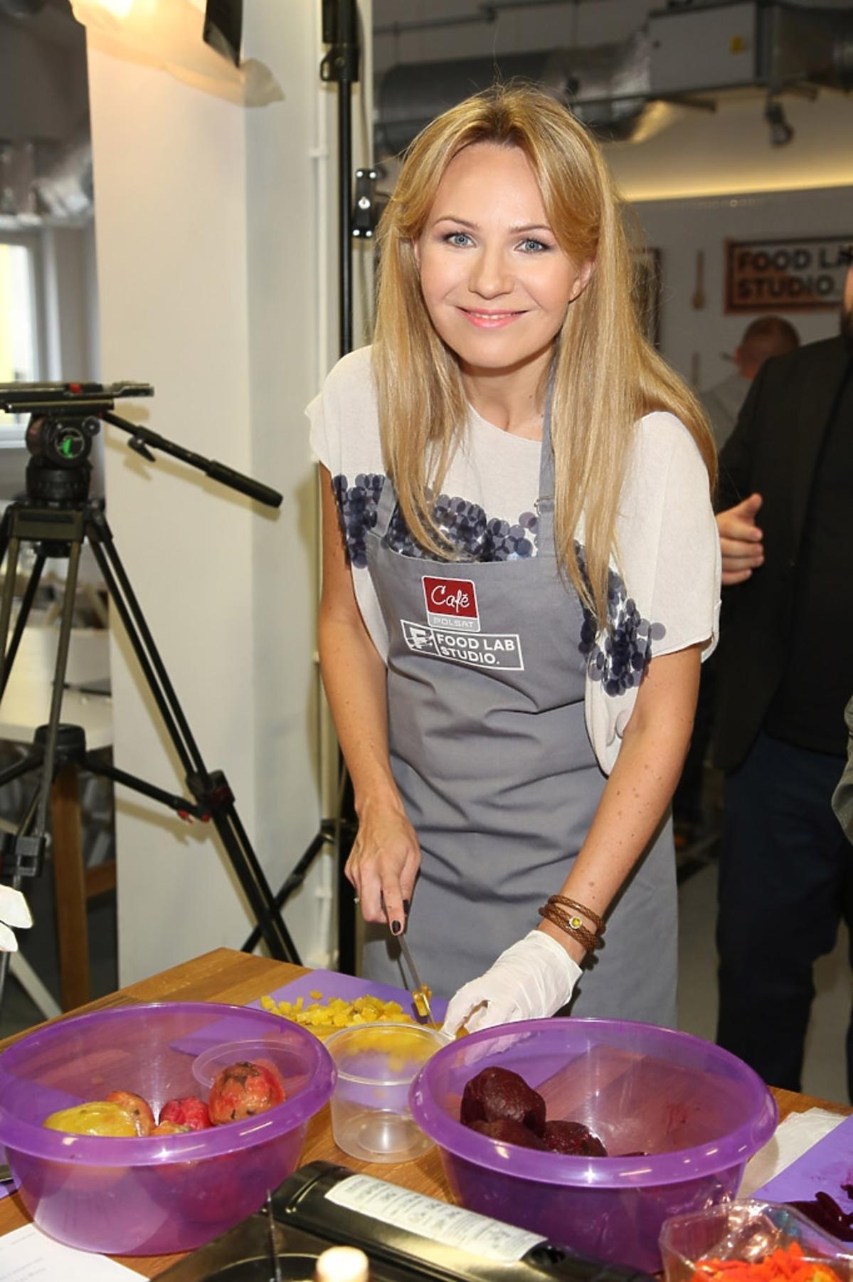 Ana Guzik podczas ramówki Polsat Cafe przygotowuje danie z warzyw i owoców.