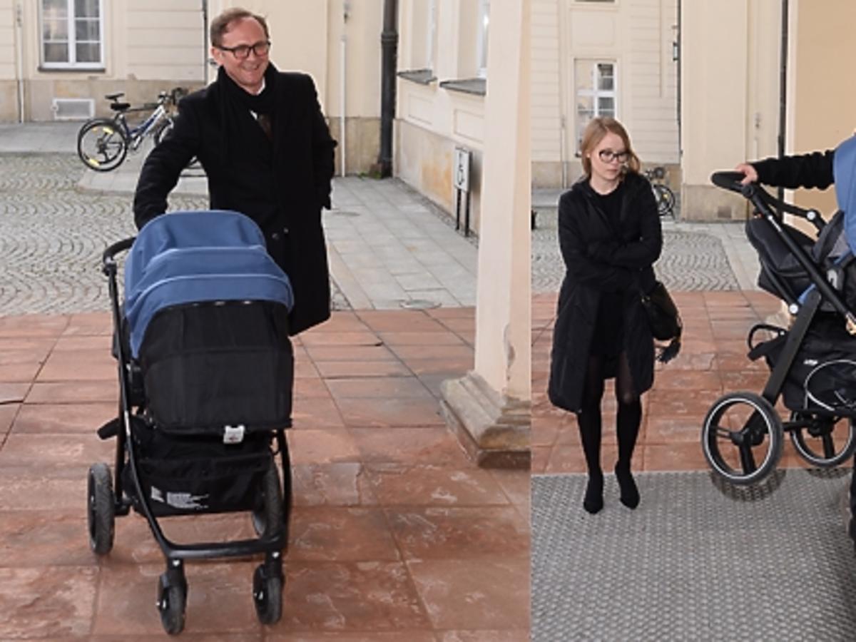 Andrzej Chyra z partnerką Pauliną i synkiem w wózku Ministerstwie Kultury