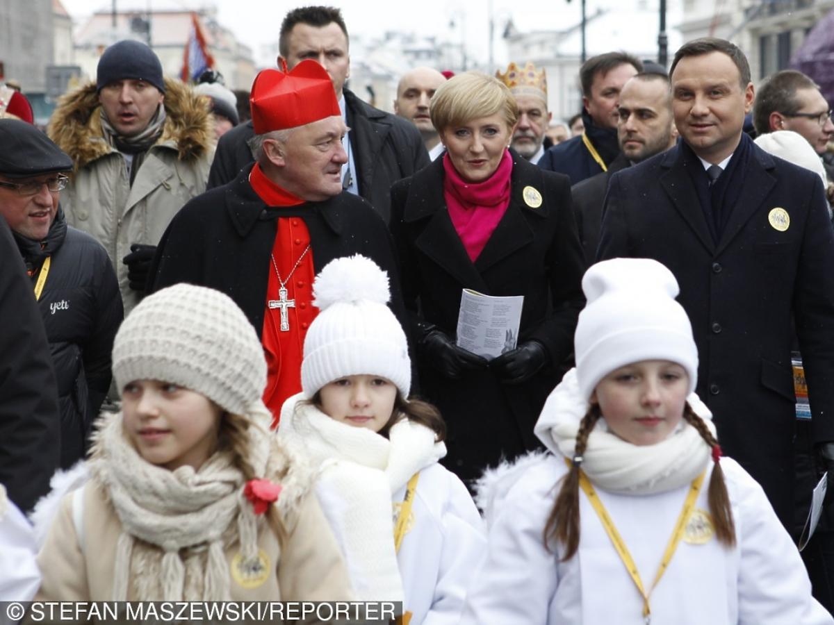 Andrzej Duda i Agata Duda w amarantowym szaliku na pochodzie Trzech Króli 2016