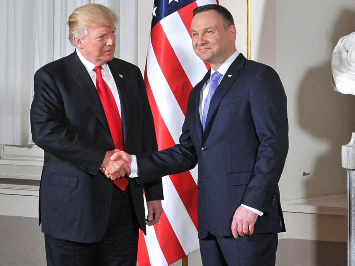 Andrzej Duda i Donald Trump  witają się w Warszawie