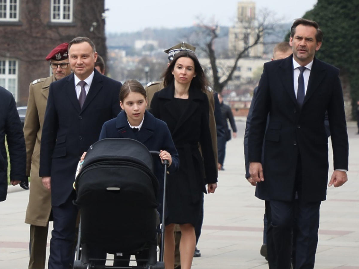 Andrzej Duda, Marta Kaczyńska z mężem i dziećmi na Wawelu w 9. rocznicę katastrofy smoleńskiej