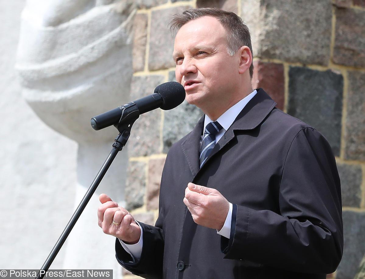 Andrzej Duda podnosi przewrócony obraz