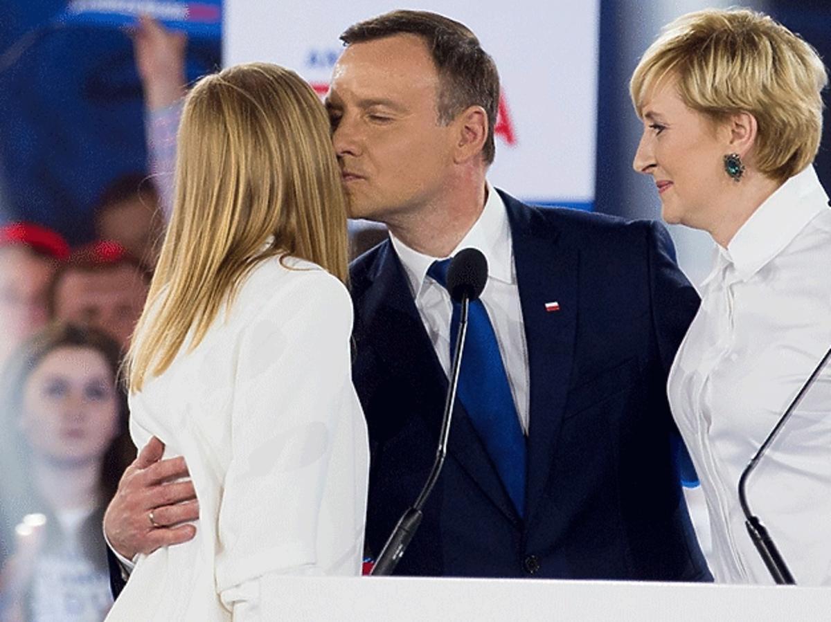 Andrzej Duda przytula córkę