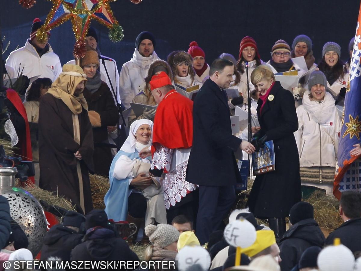 Andrzej Duda w czarnych rękawiczkach i Agata Duda w ciemnym płaszczu na pochodzie Trzech Króli 2016