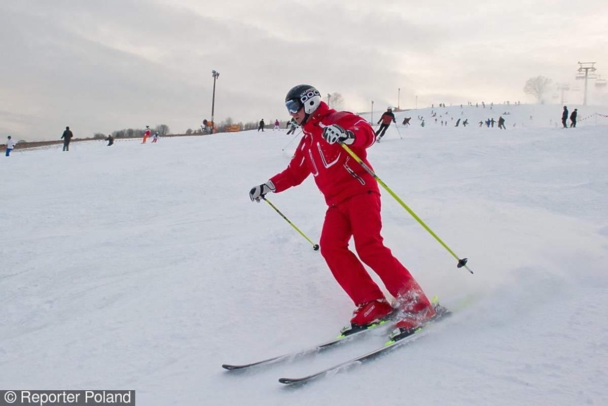 Andrzej Duda w czerwonym kombinezonie narciarskim