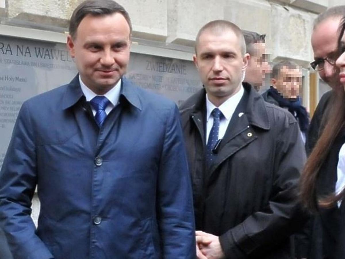 Andrzej Duda w niebieskim płaszczu