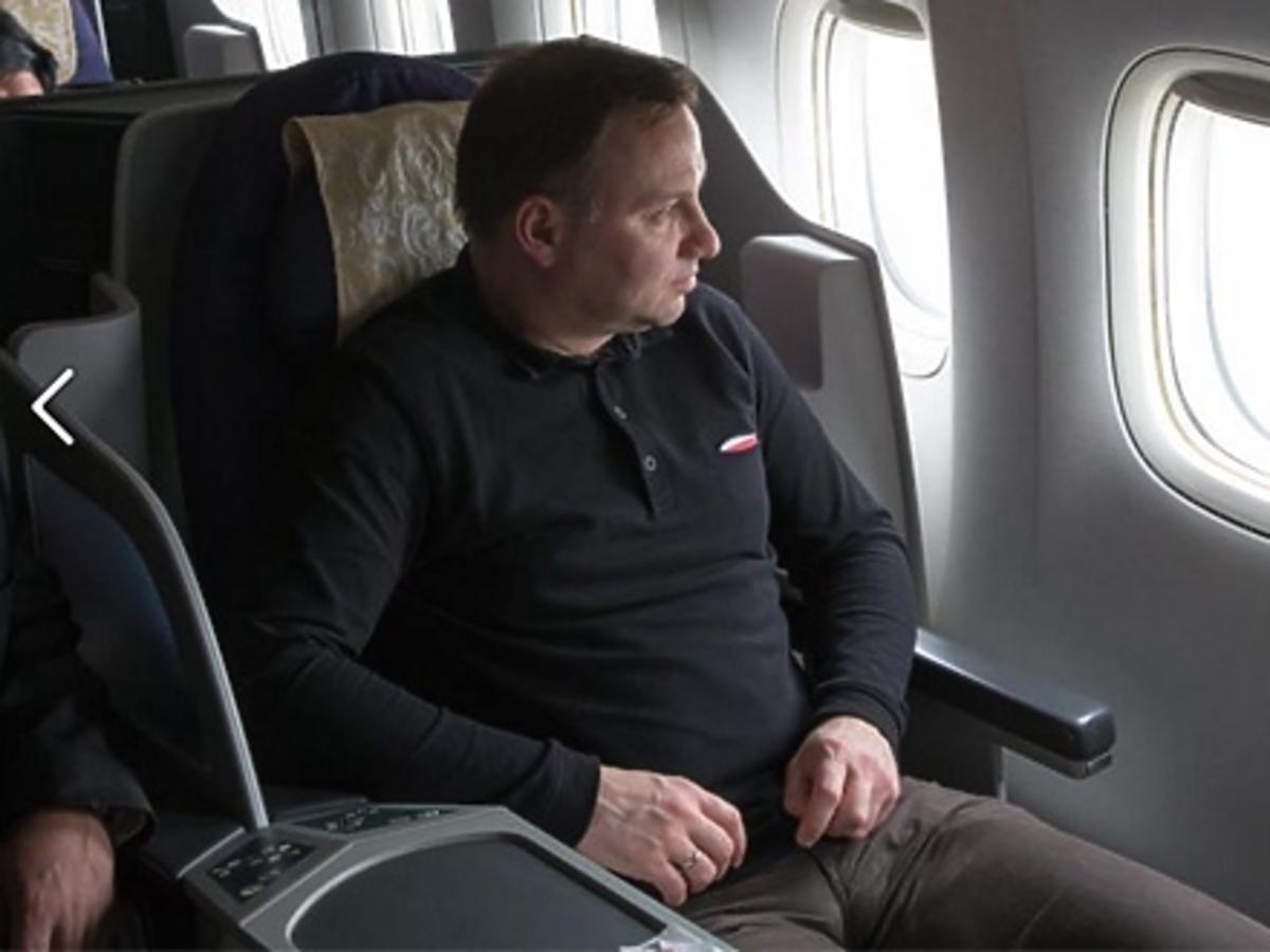 Andrzej Duda w samolocie ubrany w kontrowersyjną bluzę marki Red is Bad popierającej narodowców