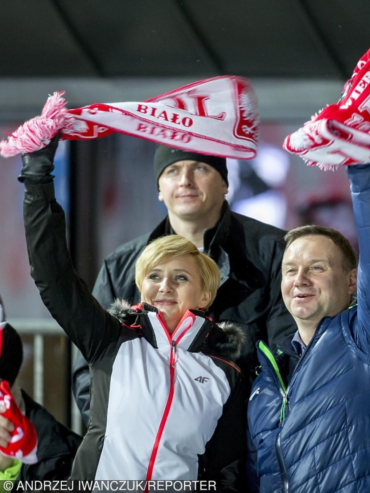 Andrzej Duda z żoną kibicuje skoczkom narciarskim