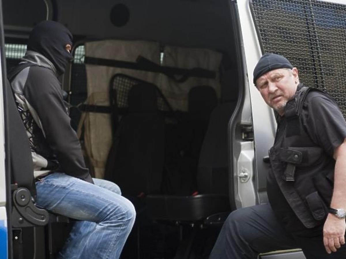 Andrzej Grabowski jako policjant w charytatywnym kalendarzu Fundacji Pomocy Wdowom i Sierotom