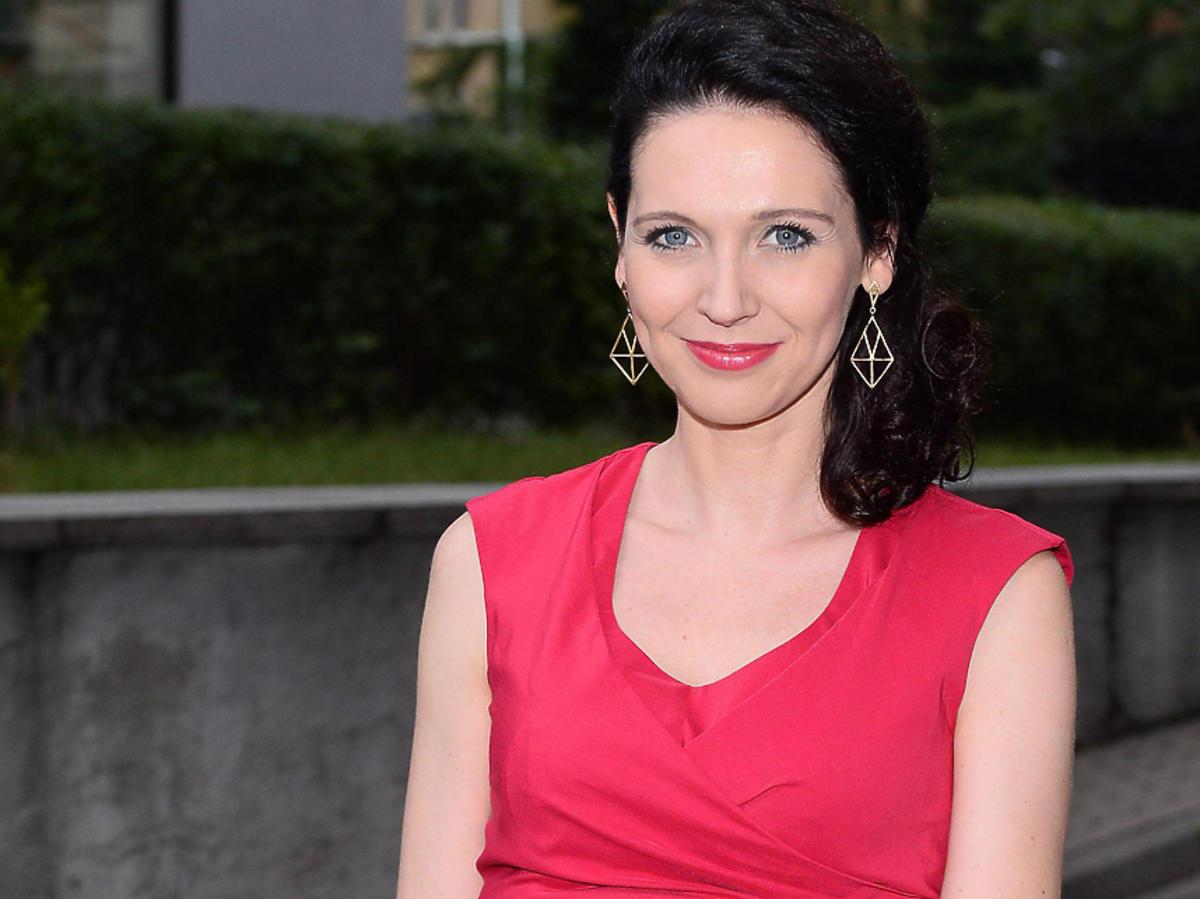 Andżelika Piechowiak na imprezie w czerwonej sukience