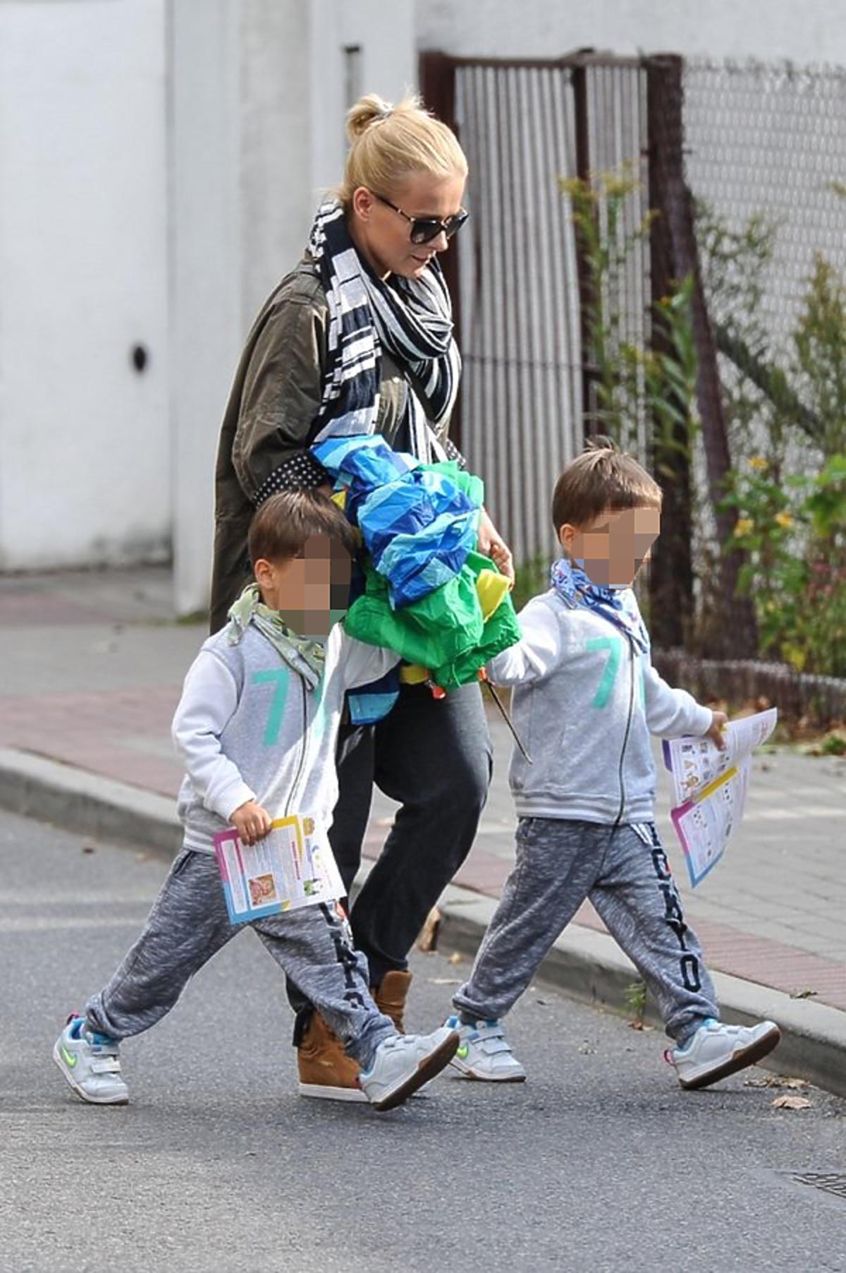 Aneta Zając z dziećmi na spacerze