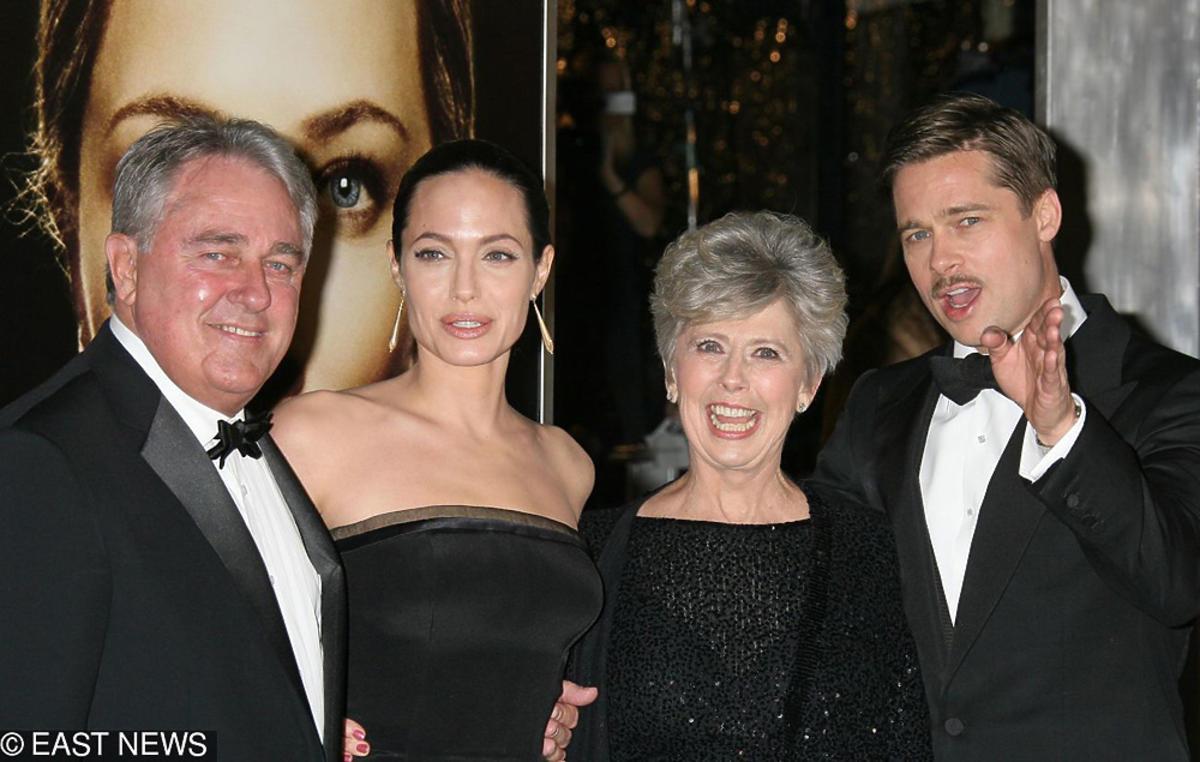 Angelina Jolie, Brad Pitt, Jane Pitt pozują do zdjeć