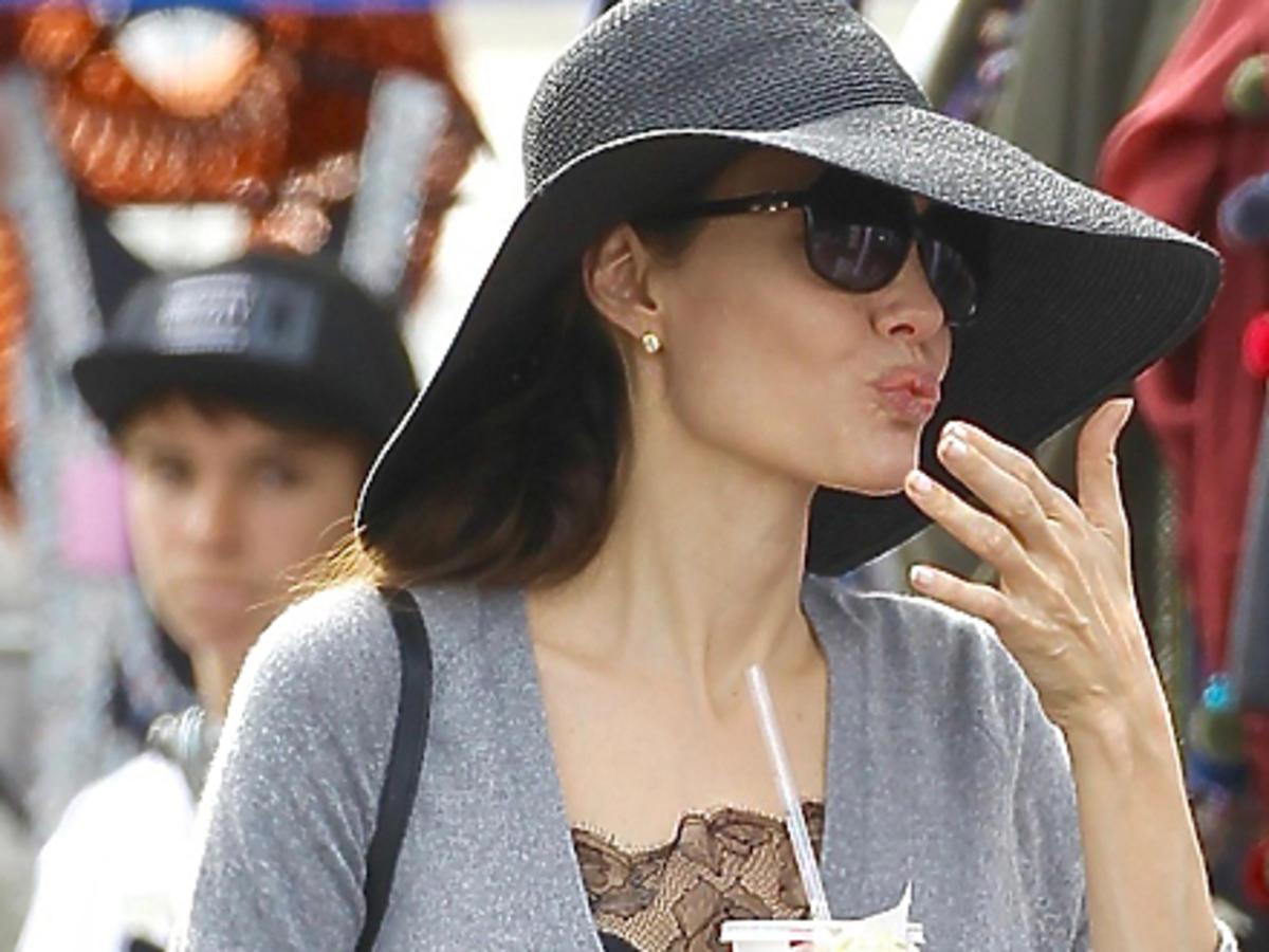 Angelina Jolie je hamburgera i pije Colę