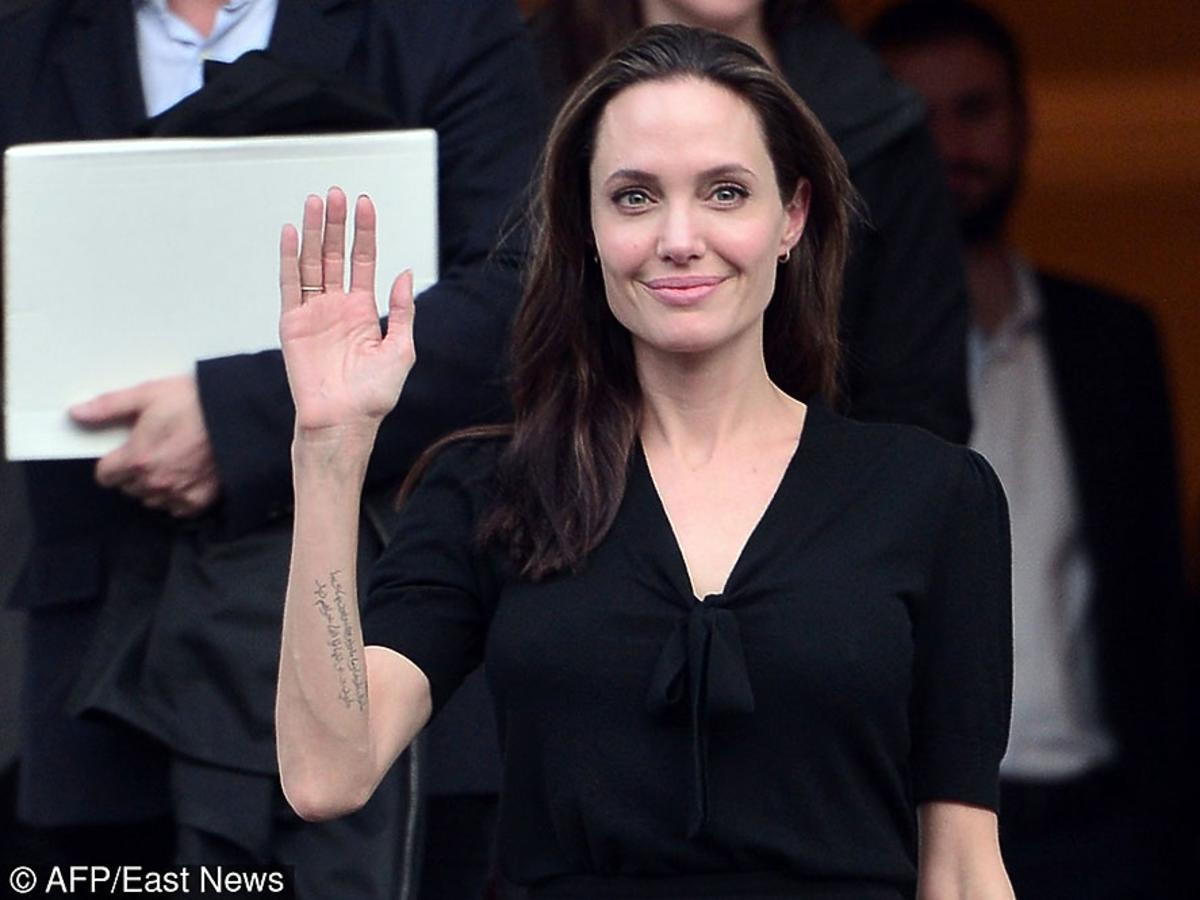 Angelina Jolie pozuje do zdjęć w czarnej sukience