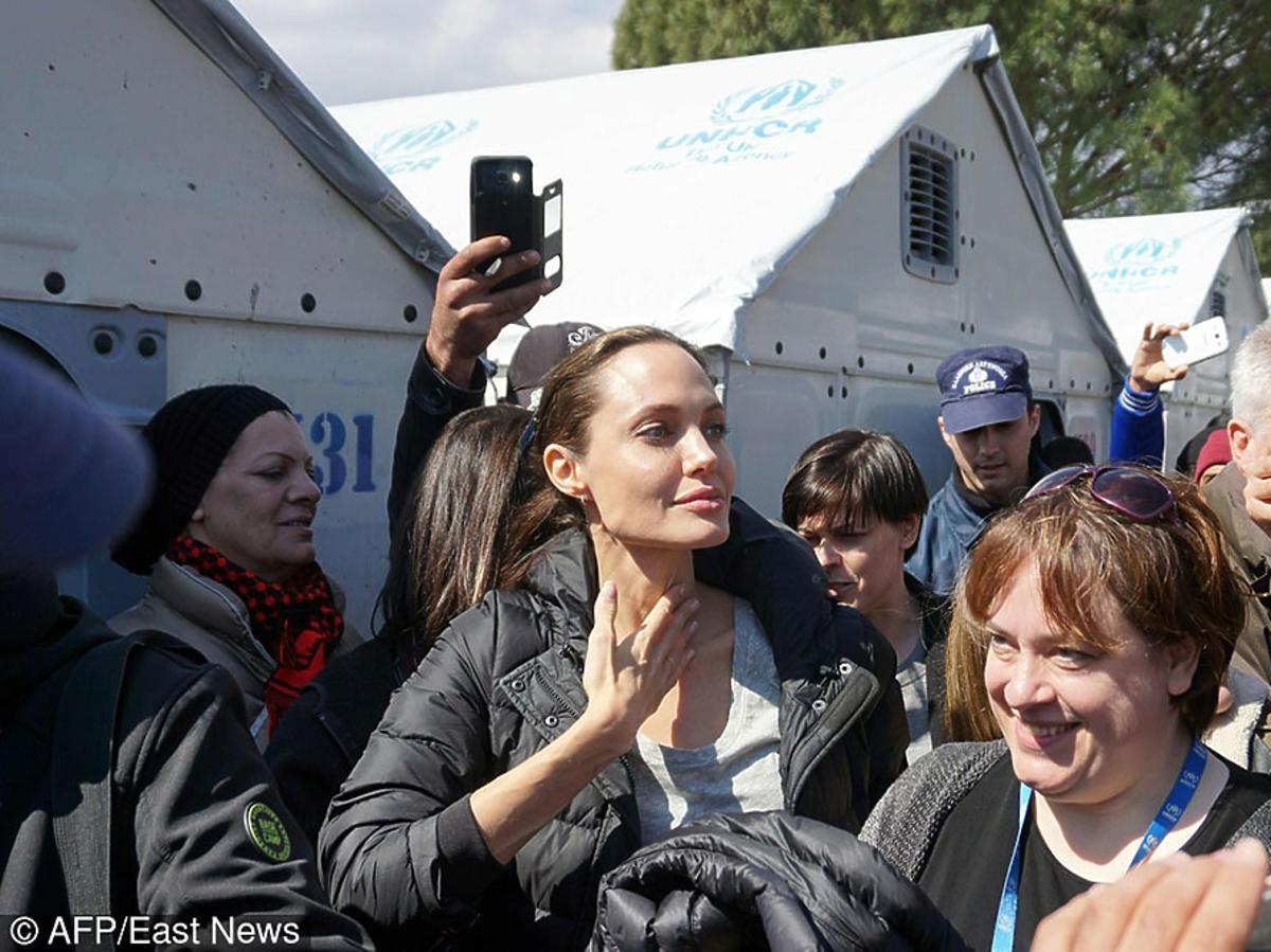 Angelina Jolie rozmawia z uchodźcami