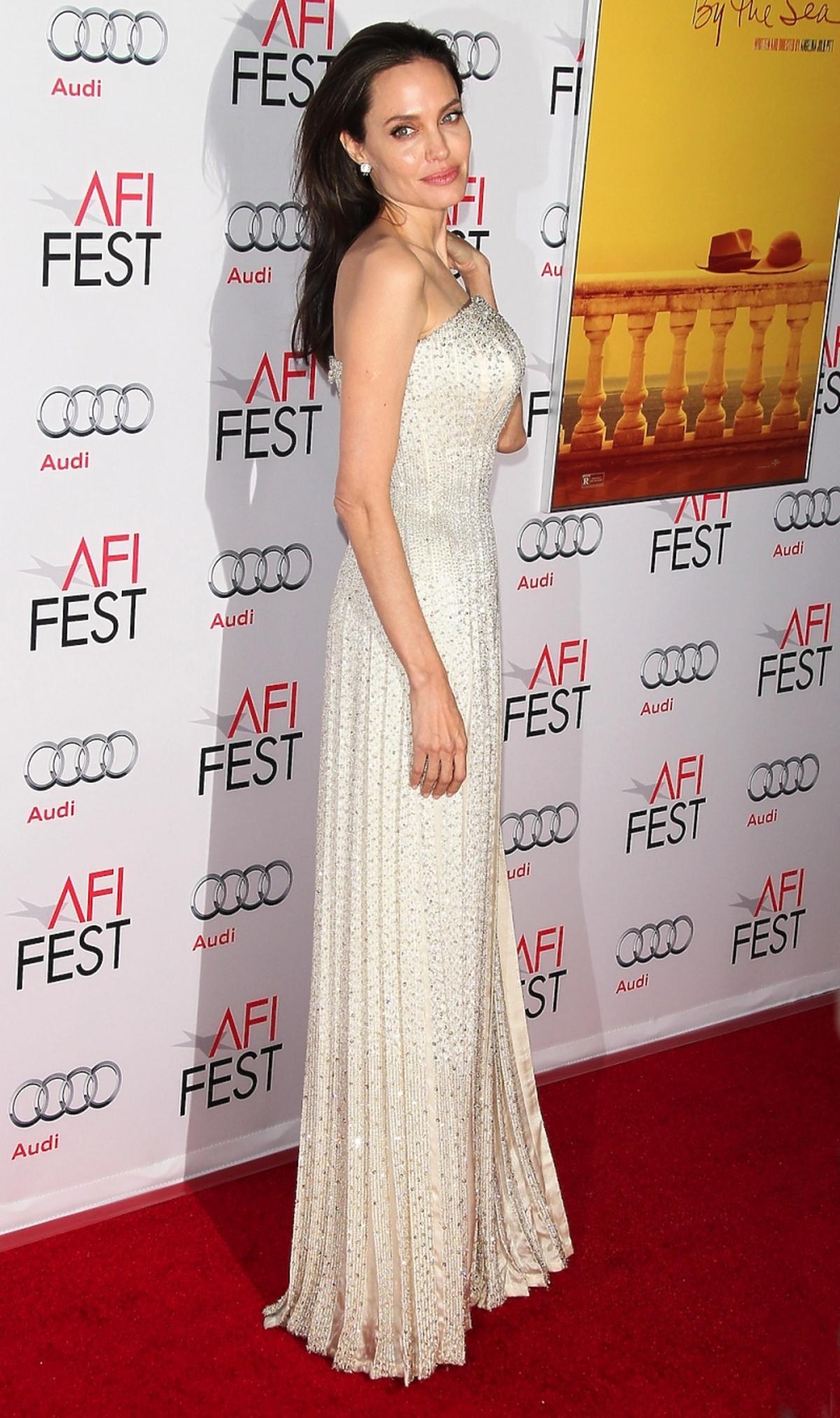 Angelina Jolie w błyszczącej kremowej sukni do ziemi