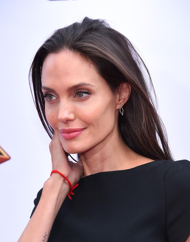 Angelina Jolie w czarnej sukience