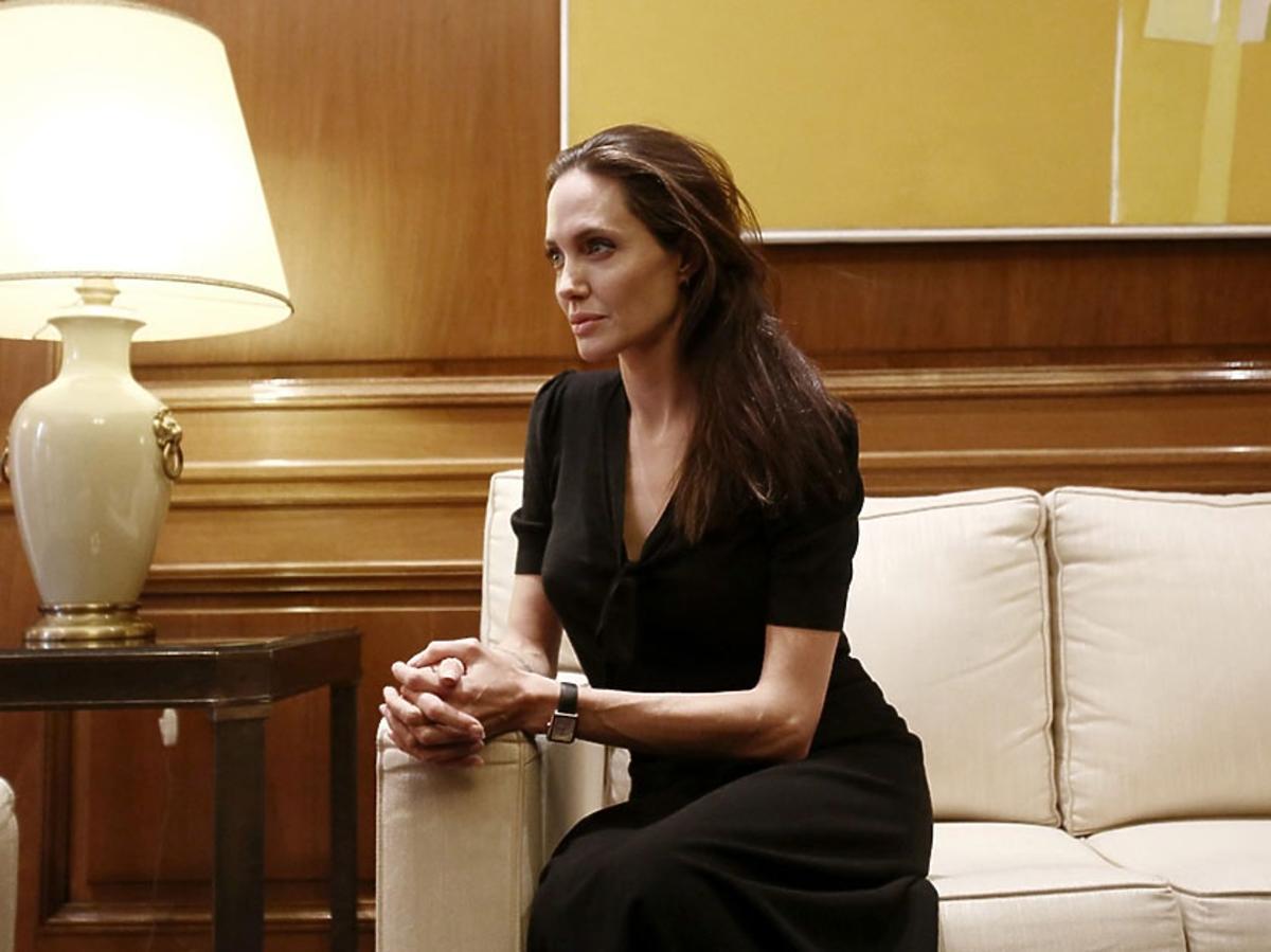 Angelina Jolie w czarnej sukience w Grecji