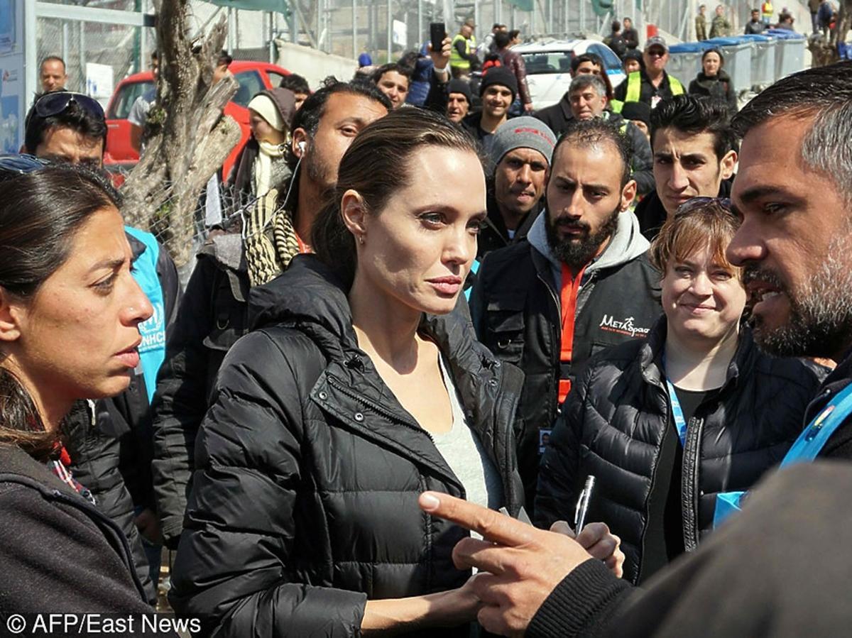 Angelina Jolie w tłumie ludzi w Grecji