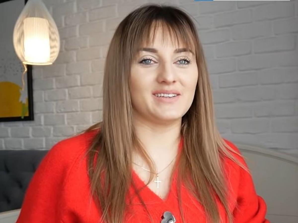 Ania Bardowska w czerwonej bluzce