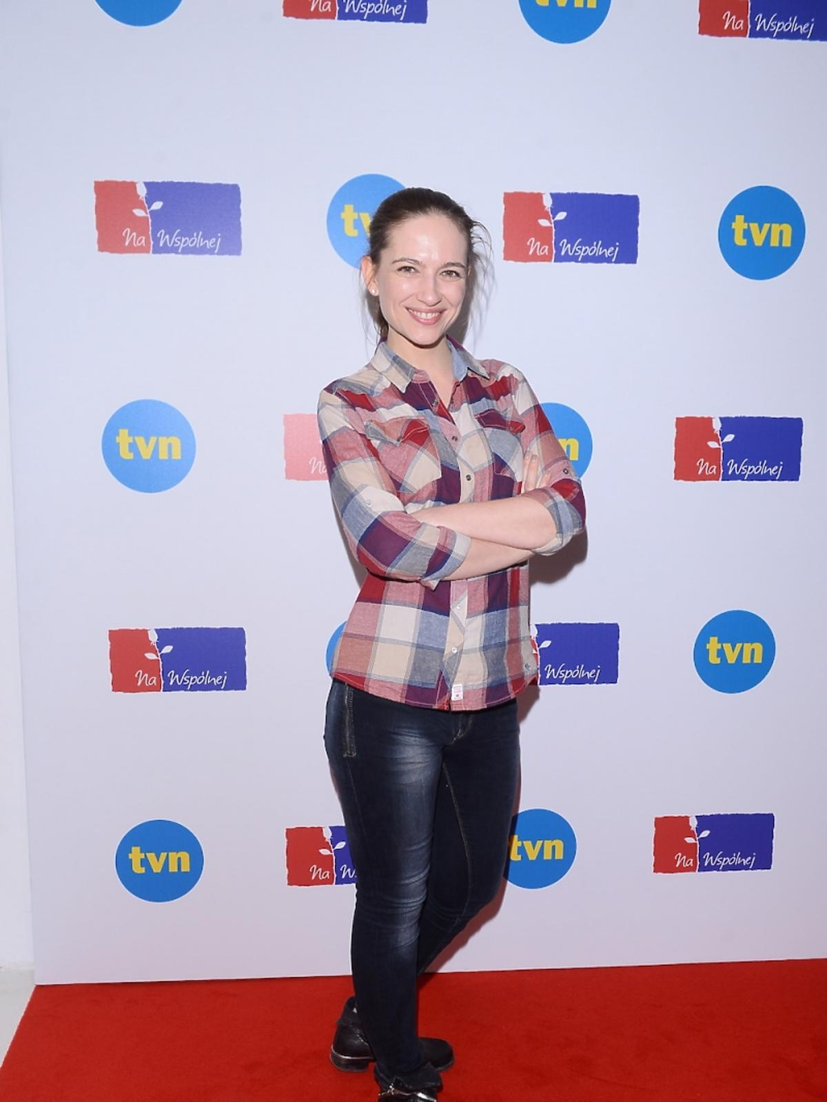 Ania Cieślak w koszuli w kratę