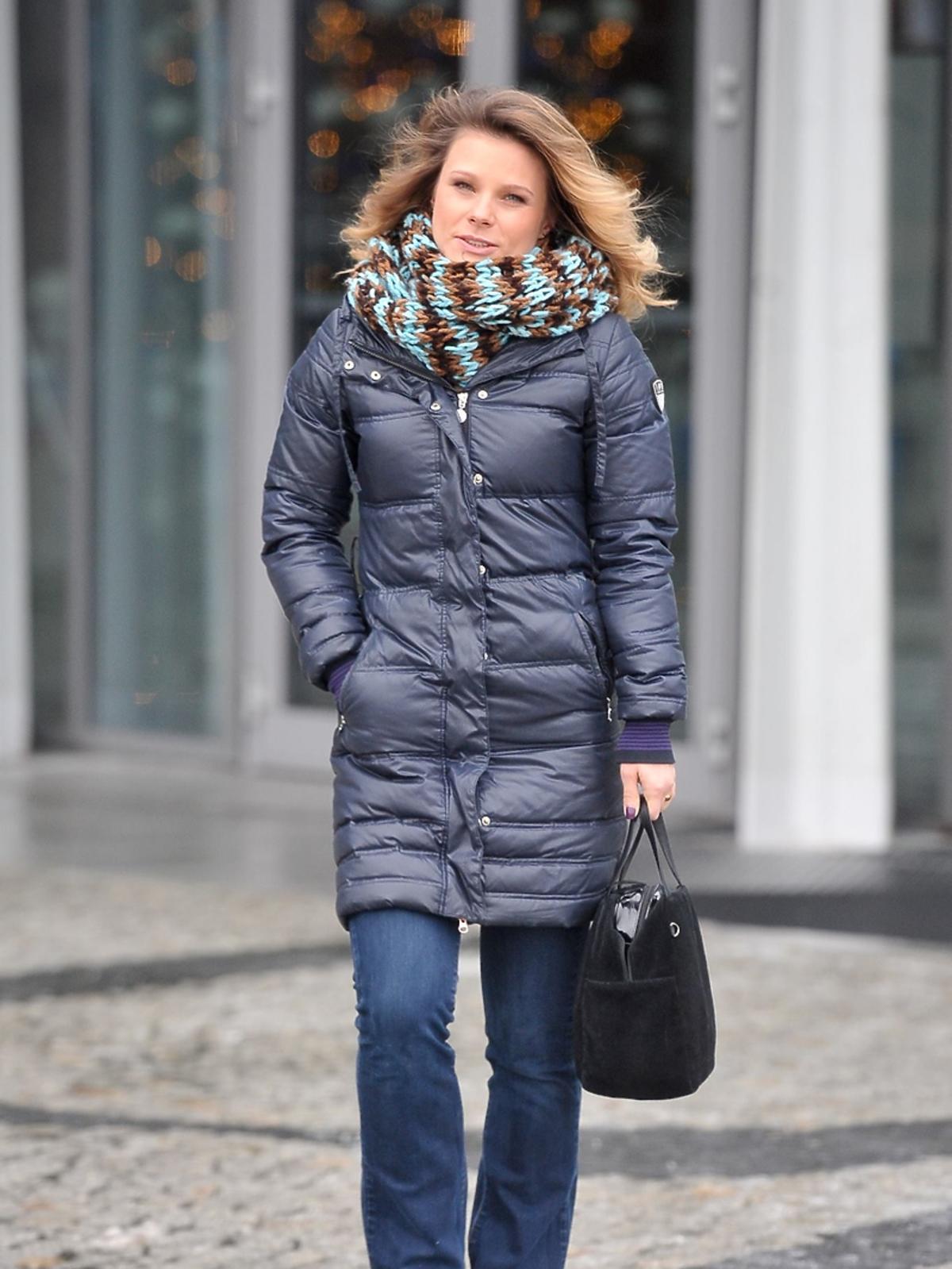 Ania Głogowska w granatowym płaszczu