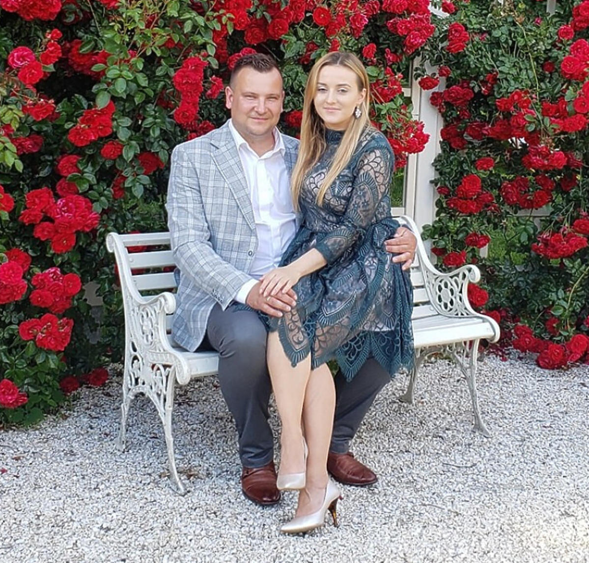 Ania i Grzesiek Bardowscy siedzą na ławce