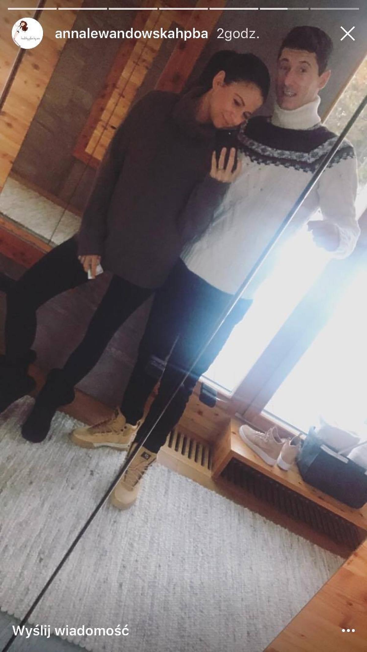 Ania Lewandowska w szarym swetrze